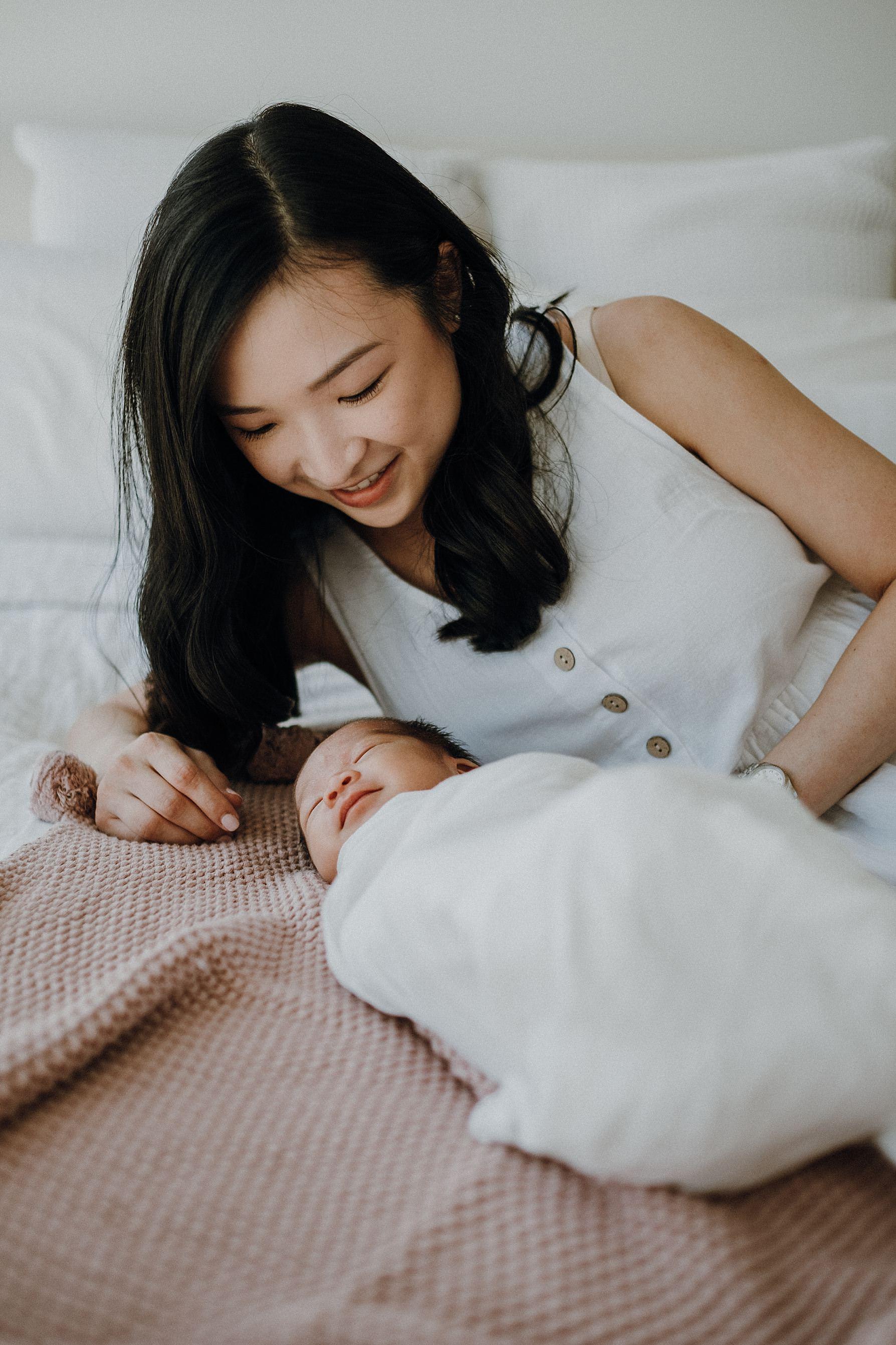 mum-newborn-portrait