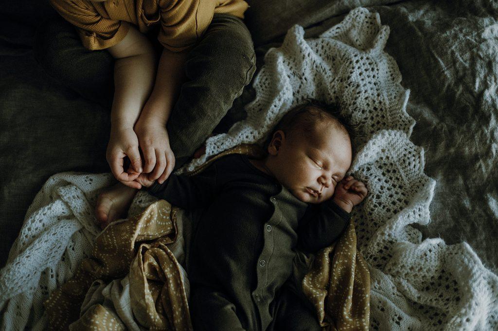 Sibling-lifestyle-newborn-holding-hand